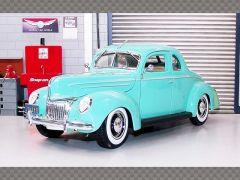 FORD DELUXE ~ 1939 ~ LIGHT GREEN   1:18 Diecast Model Car